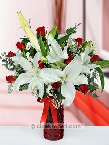 Güzelliği ve zarafeti kalbinizde yer eden sevgilinizi, en az duygularınız kadar etkileyici bir hediyeyle mutlu edin. Lilyum ve kırmızı güllerden oluşan bu hoş aranjmanla aşkınızın kokusu her yanınızı saracak.  http://www.ciceksepeti.com/kirmizi-leon-vazoda-lilyum-ve-guller