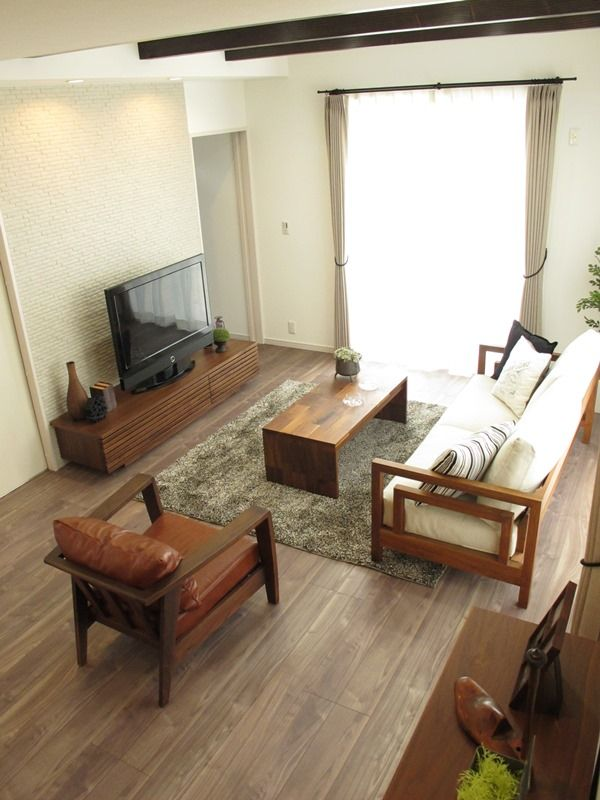 ウォールナット無垢材の家具を中心にコーディネートしたLD空間!アクセントカラーとしてブラック色を提案しております!カウンター天板、カーテンのタッセル、カーテンレール、クッション、インテリア雑貨などにブラック色を取り入れております!