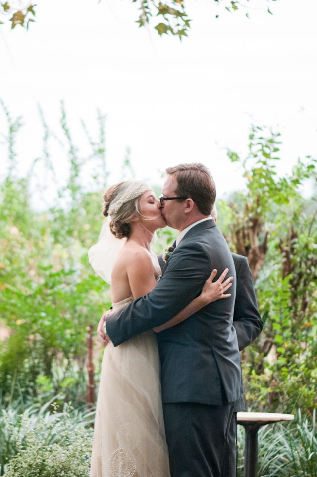 Wedding ceremony | LH Photography | see more on:  http://burnettsboards.com/2015/04/vintage-glam-wedding/