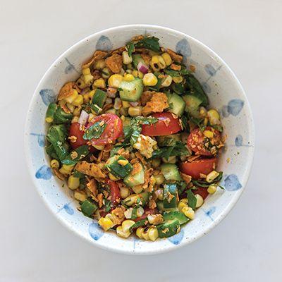 Salade de maïs grillé et herbes fraîches