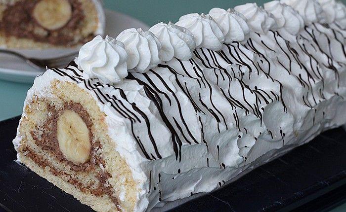 Jednoduchá příprava, výborná chuť. Banana split roláda - uvnitř banán, na vrchu krémová šlehačka. Mňam!