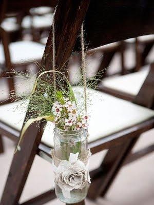 Sencillo arreglo para las sillas de una boda al aire libre