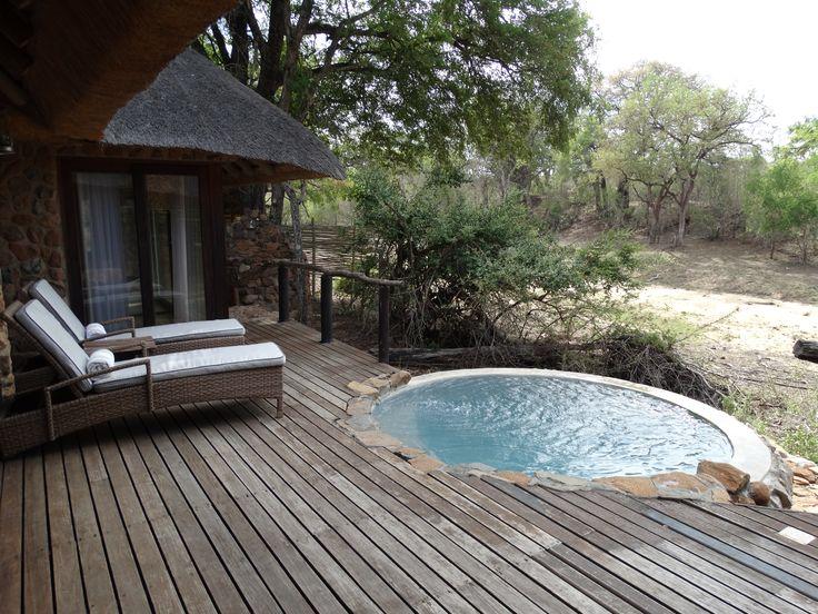 De kamers in deze lodge zijn ruim en sfeervol ingericht met een eigen plungepool die uitkijkt op een droge rivierbedding. Wat de lodge bijzonder maakt is de huiselijke en warme sfeer. Je voelt je er direct thuis. #DuliniPrivateGameReserve #SouthAfrica