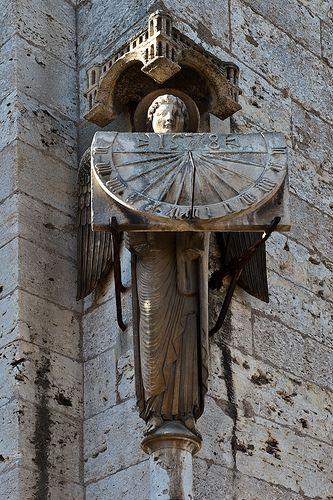 L'Ange au cadran - Un ange sculpté porte dans ses bras un cadran solaire. Il s'agit d'une copie, l'original est placé dans la crypte. Cathédrale de Chartres, Eure-et-Loir, France, 1578 - Une copie de ce cadran a été réalisée à University Hospital à Saint-Louis, Louisiane, USA