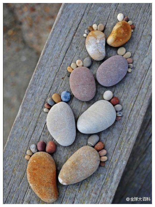 petits pas, petits pieds, petons, empreintes, combien dans la famille? Huit pieds, quatre personnes ! Du plus grand au plus petit... Toute une histoire écrite avec des petits cailloux...