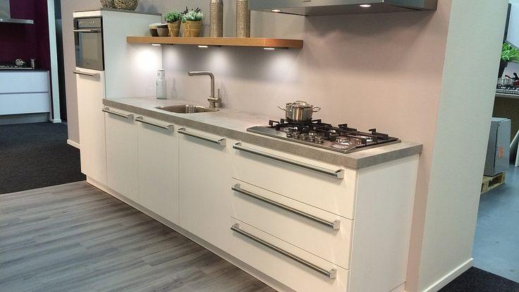 Keukenloods.nl - Kristal Wit. Rechte keuken met kunststof werkblad en Bauknecht apparatuur. (Showroom: Waddinxveen)