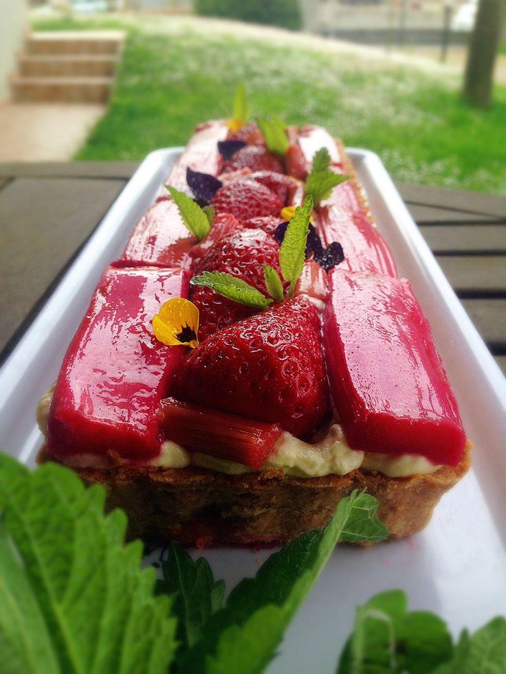 Rhubarb strawberry tart with mascarpone cream