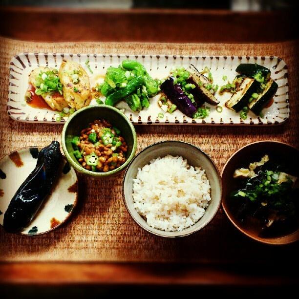 朝ごはん。 色々野菜とがんもの焼き浸し オクラ納豆 茄子の漬け物 キクラゲと小ネギのスープ 玄米入りごはん - @ayanolloon   Webstagram
