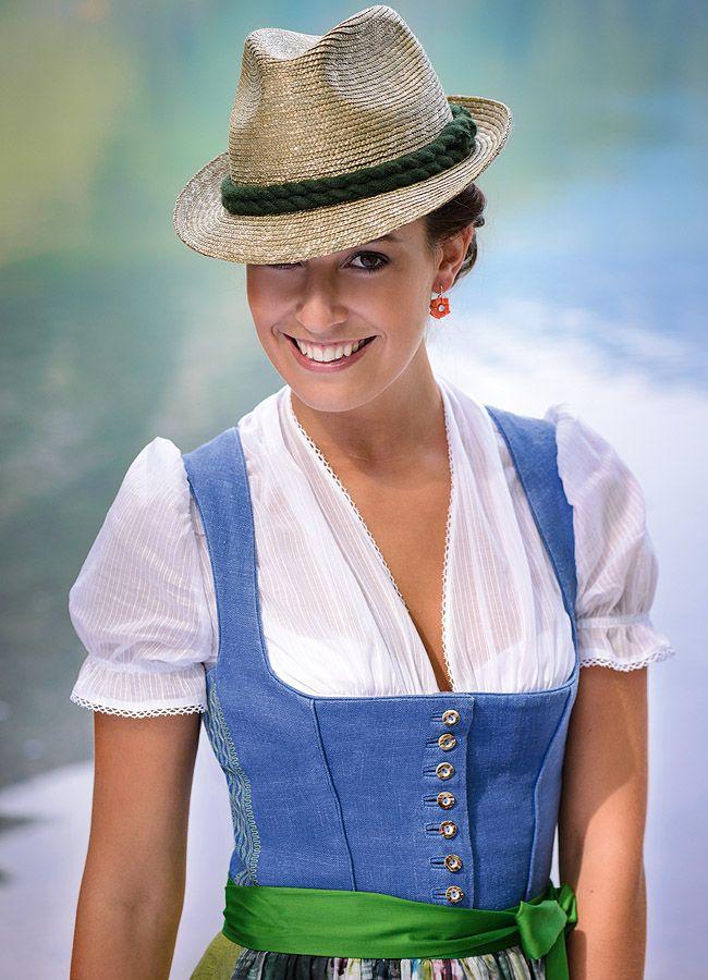 Gössl Sommerdirndl mit gewaschenem Leinenleib im Salzburger Blau. Foto Gössl