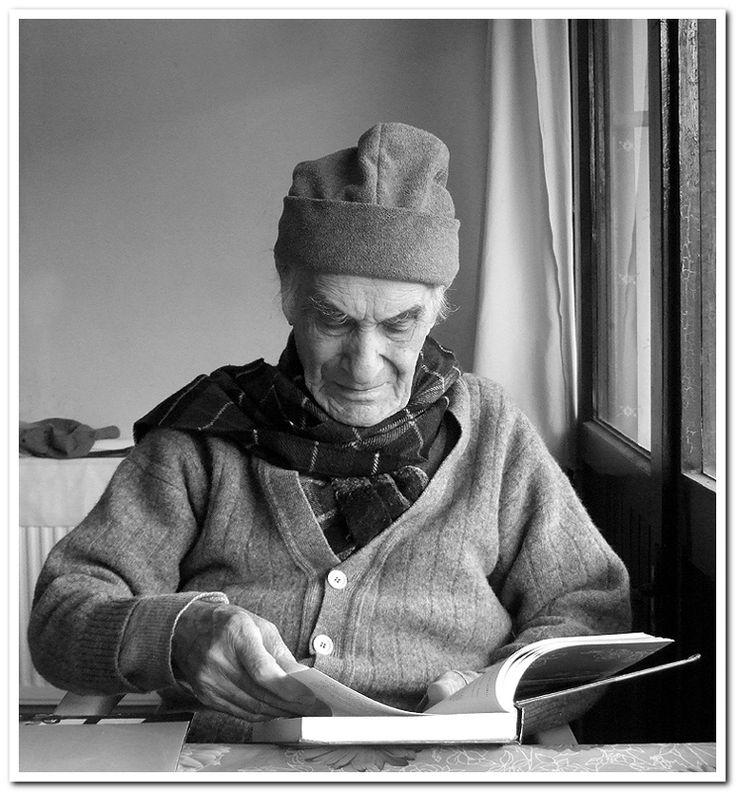 My Portrait Gallery - II - Sile, Istanbul- İbrahim Balaban. Balaban hem ressam hem yazar. Bu karede kitaplarından birini imzalıyor bana. Balaban'ın resim hocası ünlü ozanımız Nazım Hikmet. Bursa ceza evinde aynı koğuşu paylaşırken öğretmiş Nazım Balaban'a resim yapmasını (1941) .