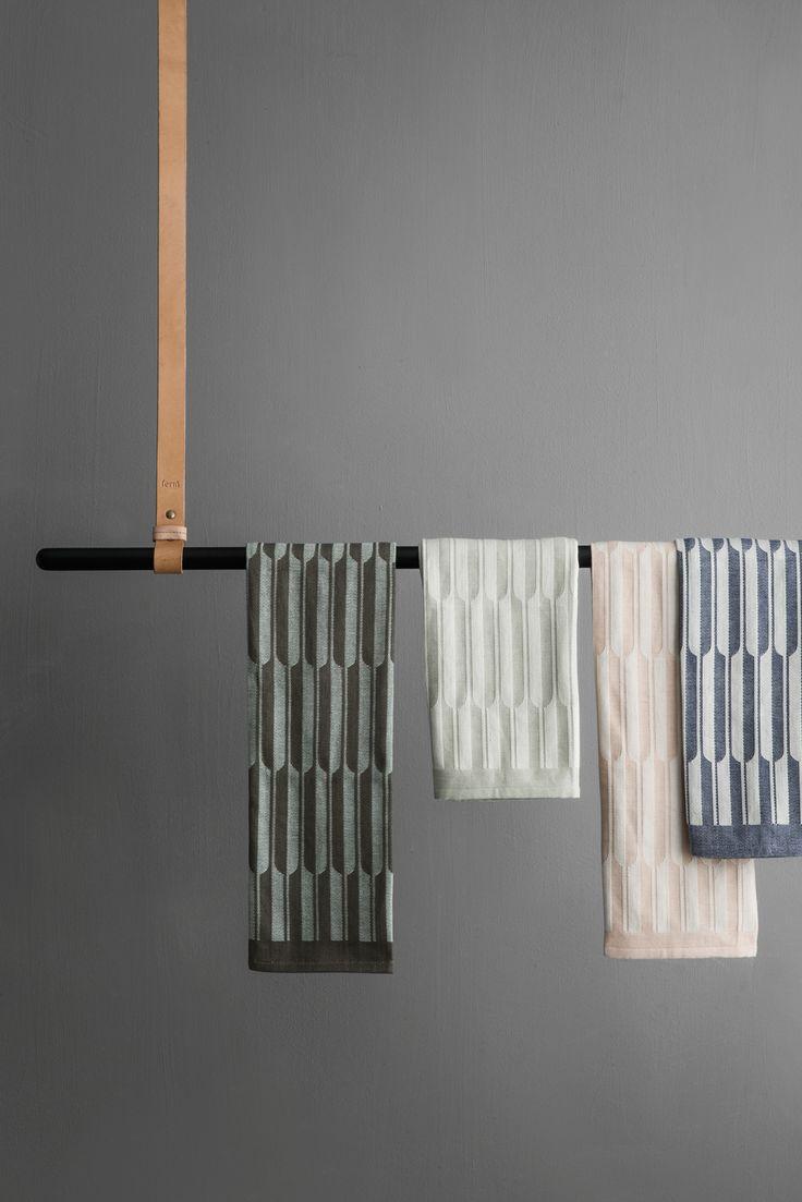 Ønsker du å henge favorittklærne dine på noe pent? Denne bøylestangen fra Ferm Living får både rommet og klærne dine til å se bra ut. Den er fremstilt av jern med pulverlakering og kommer med to lærseler til oppheng. Høyden er justerbar.