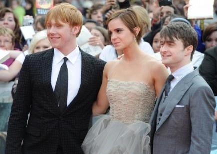 """Desde hace unos días se está rumoreando que los actores de Harry Potter se han reunido en los estudios Levesdon para rodar nuevas escenas de la saga.  Pues el rumor es cierto, tendremos una nueva peli de Harry Potter. Bueno, más que una película será un cortometraje.  """"El reparto realmente ha disfrutado de volver a reunirse, están tan unidos. El plan de rodaje no es tan largo como el de las películas, así que aunque el rodaje ha sido intenso, las estrellas han disfrutado de la posibili"""