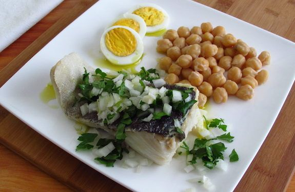 A typical Portuguese cod recipe, very nutritious and great for the winter, with potatoes, eggs and cooked chickpeas, drizzled with olive oil and vinegar...