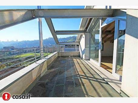 - BERGAMO _ VALTESSE Contemporaneo attico panoramico vista citta' alta di mq 150 situato in complesso immobiliare di nuova costruzione e di contemporaneo design architettonico, edificato in classe energetica A, totalmente autosufficiente dal punto di vista energetico