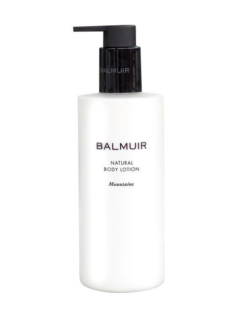 Luonnonmukainen, ekosertifioitu vartalovoide syväkosteuttaa ihoa jättäen sen silkkisen pehmeäksi. Pehmentävällä aprikoosinkiviöljyllä rikastettu, ihoa hellivä ja runsaasti antioksidantteja sisältävä koostumus auttaa säilyttämään ihon luontaisen kosteuden ja pitämään ihon joustavana ja kosteana. Mintun rauhoittava tuoksu ja setripuun lämpö takaavat virkistävän aromaattisen elämyksen.