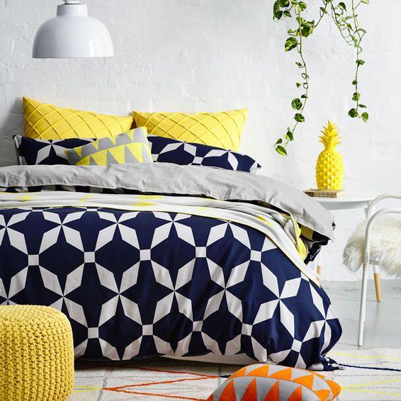 azul marinho, amarelo e cinza na decoração do quarto. veja como decorar apartamento alugado no post