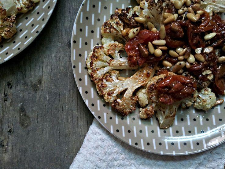 Květákové řízky s pečenými rajčaty a piniovými oříšky (paleo)