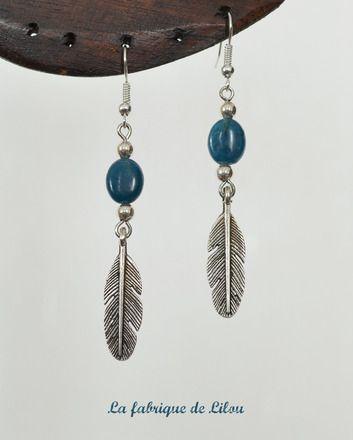 Boucles d'oreille réalisées avec deux perles d'apatite de couleur bleu pétrole (pierre semi précieuse / pierre fine), quatre petites perles argentées et deux plumes en métal  - 10306563