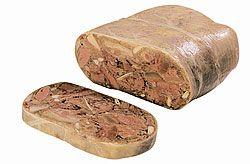 TESTA IN CASSETTA  è preparata partendo dalla testa di maiale (escluso le cervella), cotica (pelle di altre parti del maiale), sale marino sardo, pepe macinato, noce moscata, saporita, whisky, buccia di limone grattugiata o tagliuzzata.