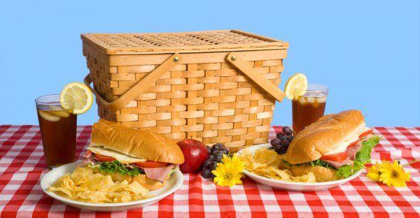Закуски для пикника должны быть легкими и не доставлять хлопот при транспортировке