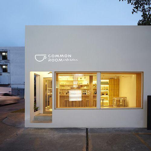 방콕 아리(Ari)지구에 위치한 방콕의 심플한 카페는 파티공간디자인이 작업하였는데, 도시의 세련미와 유행을 선도하는 이 지역을 압도한다. 상자모양을 하고 있는 건물은 단순한 브랜딩을 특성으로 하는데, 이곳은 의사소통이라는 신선하고 유기적인 철학을 전달한다. 파티공간디자인은 소규모 위치에서 공간을 극대화하는 프로젝트의 개념에 따라 풍수에 대한 연구를 기반으로 설계했다고 설명한다. 따라서 바 주변에 좌석을..