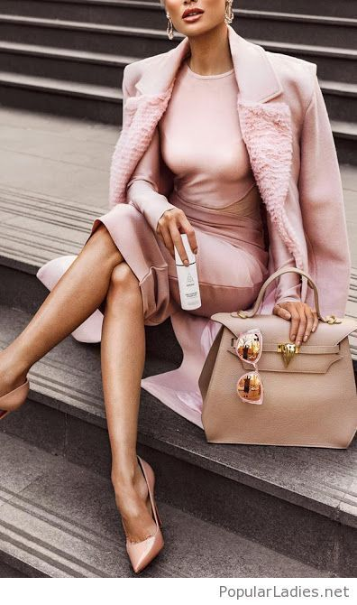 Rosa und nacktes Outfit inspirieren