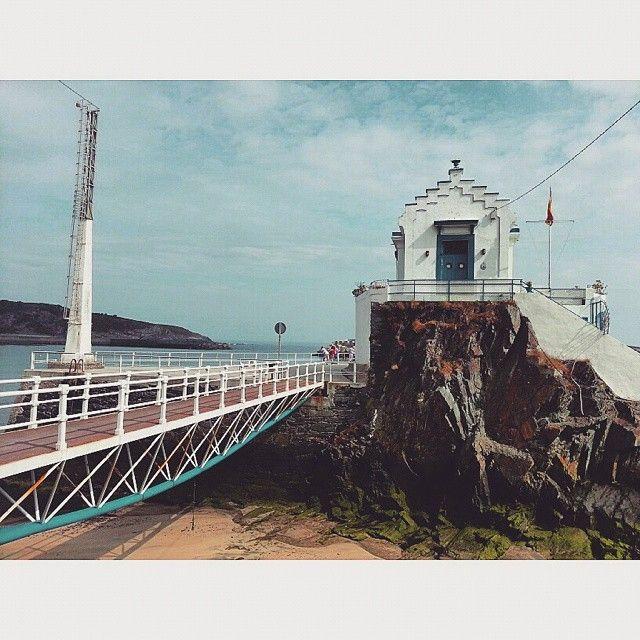 Esta es la cruzada: camina hasta que se moje el verano! #verano #summer #costa #coast #puente #bridge #julio #july #playa #beach #vacaciones #holidays #paisaje #landscape #construccion #building #roca #rock #marino #marine #norte #nort #spain #noroeste #northwest #cielo #heaven