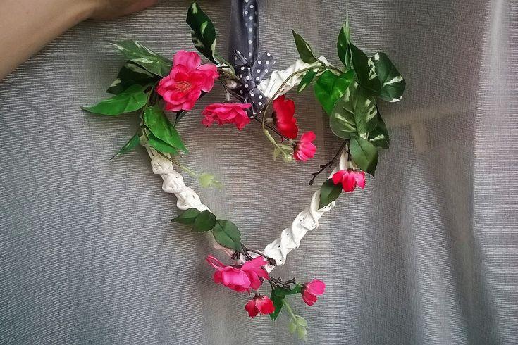 przystrajanie ozdabianie serca wiklinowego kwiatami sztucznymi