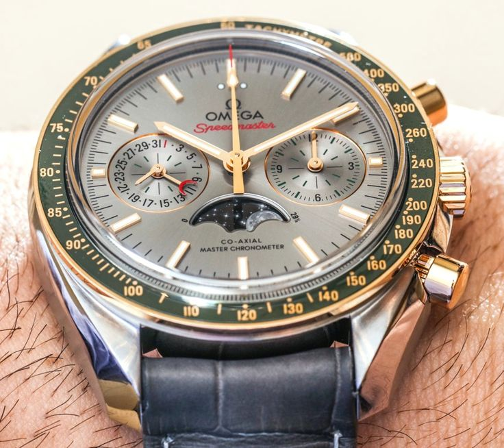 Omega - Speedmaster Moonphase Master Chronometer Chronograph - Self-winding mvm, cal.9901, 4Hz, 60hr p.r., chronograph, chronometer, date, moon phases, tachymeter - 44.25mm, steel case, yellow gold & green liquid metal bezel, silver dial ~12k