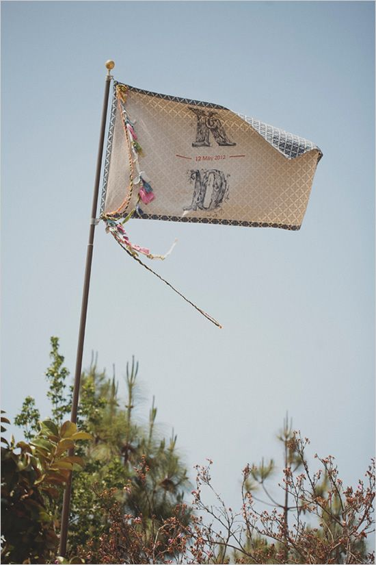custom wedding flag   photo by http://jackiewondersblog.com/
