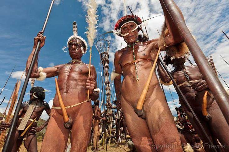 Jayawijnaya, Papua, Indonesia | (Mock) tribal war.  Baliem festival | © Pvince, via Flickr