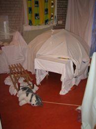 iglo met parasol en witte doeken