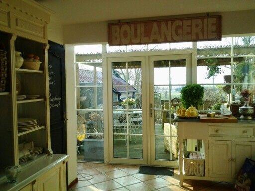 Oud reclame bord gevonden van een franse bakkerij, hangt in mijn keuken geweldig vind ik het. Vooral om dat we een bakkerij hebben gehad in Nederland