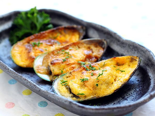 Cheese-mayo baked mussels recipe    Makes a dozen    Baked seafood with cheese-mayo topping are perfect match made in food heaven. I especially love it with shell fish such as green mussels. Green mussels are readily available at the frozen section of many supermarkets. If you really want to pamper your guests, kick it up a notch with fresh oysters on half-shell.    Ingredients:    12 green mussels    6 tablespoons mayonnaise    1/2 teaspoon lime juice    1/2 teaspoon chili sauce    1…