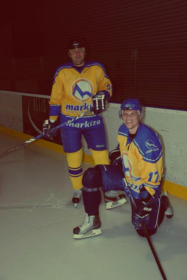 Hokej v dresoch Markízy? Vľavo Miro Špaček, vpravo hokejista Vlado Baláž? Markizáci sa zúčastnili hokejového turnaju Media Cup v Námestove. V piatok vyhrali nad RTVS a MUFUZOU a umiestnili sa na prvej priečke. Na konci turnaja sa pochválili bronzovou medailou. Gratulujeme, chlapci!