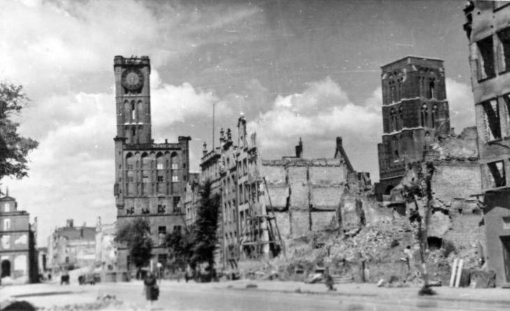 #CiudadesMártires2aGuerraMundial #Danzig (hoy #Gdansk, Polonia) 1945. El Mercado 'Largo', el Palacio del Ayuntamiento, el Palacio Artus y la Iglesia de María.
