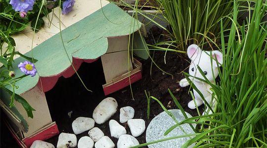 une petite cabane entour e d un ravissant jardin pour des. Black Bedroom Furniture Sets. Home Design Ideas