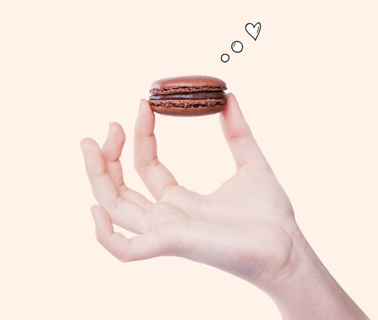 Naše Macaronka je vyráběna vždy s láskou Emotikona smile A jelikož jsme milovníci čokolády, tak jsme pro Vás upekli Macaronku z pravé Švýcarské čokolády ze 60% kakaa, která tvoří náplň mezi křehkými čokoládovými krustami.