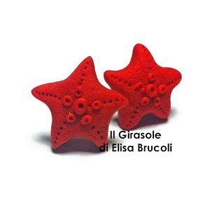 Orecchini a perno in pasta polimerica fimo con stella marina. Gli orecchini sono realizzati a mano e hanno una dimensione di 1,5 cm circa. ...