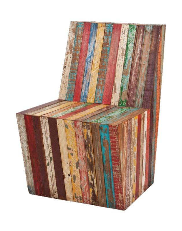 Poltrona de ripas encontradas em construções antiga, da Mega Madeira, loja de móveis feitos de material de demolição.