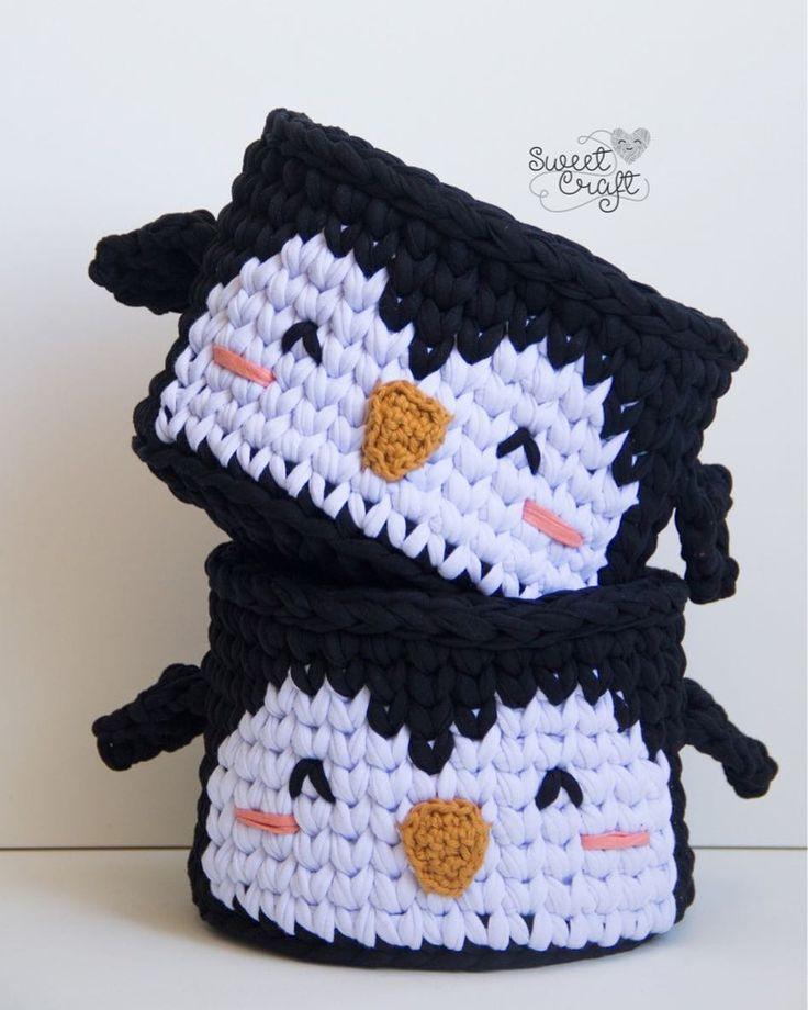 ❤️ . . . #ateliersweetcraft #sweetcraft #craft #crochet #crochetdesign #fiodemalha #crochecomfiodemalha #trapillo #tshirtyarn #cesto #cestinho #cestomultiuso #cestoorganizador #pinguim #penguim #decor #homedecor #babydecor #feitoàmão #handmade #hechoamano #heartmade #feitocomamor #madewithlove
