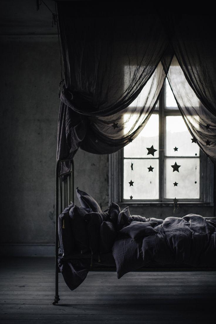 Detta sena inlägg måste ha sovtema känner jag starkt. Eftersom mina ögon går i kors efter denna dag så passar det utmärkt om att tipsa om Numero 74´s baldakin eller Bed drape som de kallar...