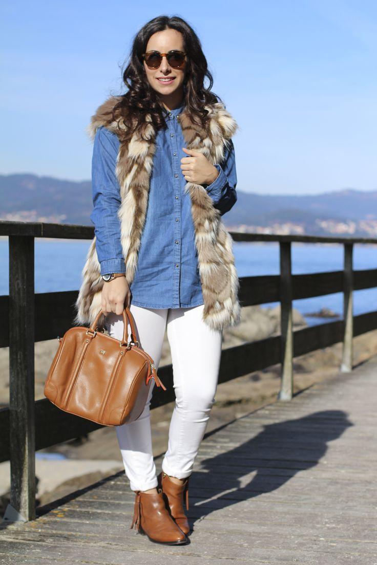 Chaleco pelo, look en camel , look jeans blancos #purificacióngarcía #botines #flecos #bolso #camisa #vaquera #jeans #siemprehayalgoqueponerse #inspiracion #comocombinarchalecopelo