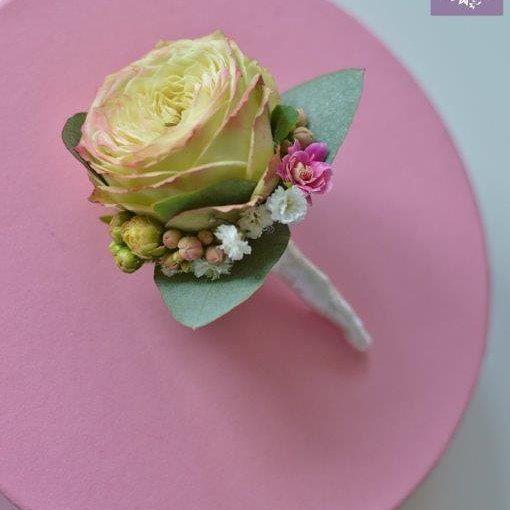 ARTEMI /artemi.com.pl/ dekoracje ślubne, kwiaty do ślubu, butonierka,  przypinka dla pana młodego