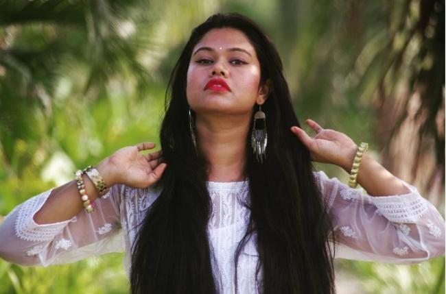 Знакомьтесь, это Сушмита — гуру по уходу за волосами и стремительно набирающий популярность видеоблогер из Индии.Мыбез ума от ее роскошных длинных волос, и уже собираемся опробовать ее советы по уход...