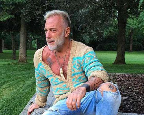 В гости к Андрею Малахову приехал «танцующий миллионер» http://kleinburd.ru/news/v-gosti-k-andreyu-malaxovu-priexal-tancuyushhij-millioner/  В конце июля Сеть буквально взорвал ролик с «танцующим миллионером». Итальянский бизнесмен, 48-летний Джанлука Вакки решил поделиться с пользователями видео того, как он проводит свободное время на яхте в компании друзей и сразу же стал звездой интернета. Его зажигательные танцы стали центром всеобщего внимания. Джанлука Вакки Съемочная группа программы…