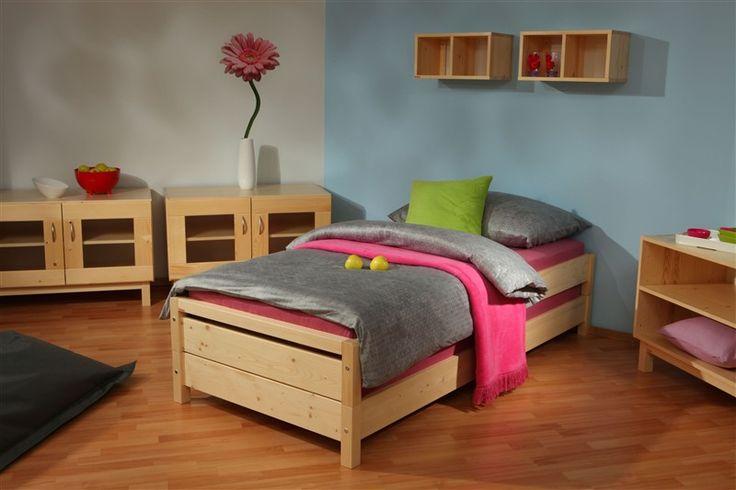 Skládací postele Konny od firmy Gazel je možné položit na sebe a poté opět rozložit na dvě samostatná lůžka. Vyrábí se v masivním smrku. / Folding beds Konny made by Gazel can be put on each other and then split into two single beds again. It is made of solid spruce. #bed #folding #sofa #postel #rozkladaci #skladaci #bedroom #loznice #jmp