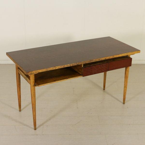 Scrivania anni 50; struttura in acero e impiallacciatura in legno di faggio tinto.