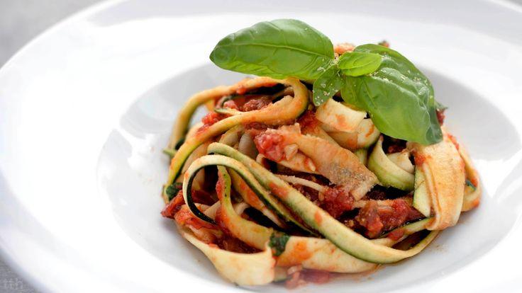 true taste hunters - kuchnia wegańska: Pappardelle z cukinii w sosie pomidorowym (wegańskie, bezglutenowe)