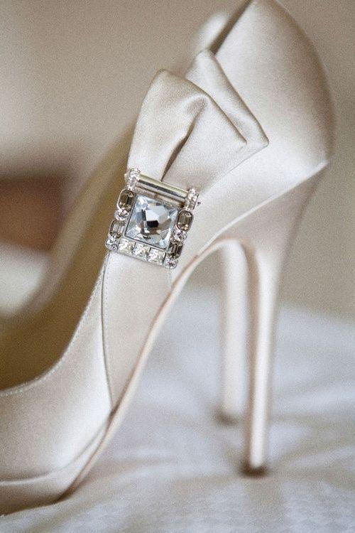 サテンと一粒ビジューのジミーチュウパンプスは、エレガントな中にもゴージャスさが♡ ウェディングではきたい花嫁の憧れシューズまとめ。結婚式・ブライダルの靴の参考に☆